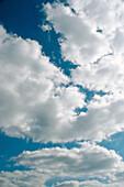 Atmosphäre, Außen, Bewölkt, Farbe, Himmel, Hintergrund, Hintergründe, Konzept, Konzepte, Muster, Natur, Tageszeit, Vertikal, Weiß, Wetter, Wolke, Wolken, A19-132812, agefotostock