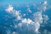 Aussen, Außen, Blaue, Blauer Himmel, Farbe, Himmel, Hintergrund, Hintergründe, Horizontal, Landschaft, Landschaften, Natur, Tageszeit, Textur, Texturen, Weich, Weiß, Wolke, Wolken, A91-199563, agefotostock