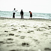 Adult, Adults, Back view, Beach, Beaches, Carefree, Coast, Coastal, Color, Colour, Companion, Companions, Contemporary, Daytime, Exterior, Friend, Friends, Friendship, Full-body, Full-length, Horizon, Horizons, Human, Leisure, Mate, Mates, Outdoor, Outdo