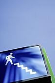 Aussen, Außen, Blau, Blauer Himmel, Detail, Details, Farbe, Froschperspektive, Himmel, Konzept, Konzepte, Nahaufnahme, Nahaufnahmen, Schild, Schilder, Städtisch, Strasse, Straße, Strassen, Straßen, Symbol, Symbole, Tageszeit, Treppe, Treppen, Vertikal, D