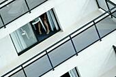 Aussen, Außen, Bein, Beine, Detail, Details, Diagonal, Eine Person, Eingang, Eingänge, Eins, Erwachsene, Erwachsener, Farbe, Freizeit, Horizontal, Mensch, Menschen, Namenlos, Offen, Sitzen, Sitzend, Sommer, Sommerlich, Tageszeit, Terrasse, Terrassen, Tis