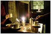 Angezündet, Antik, beleuchtet, Drei, Drei Personen, Erwachsene, Erwachsener, Farbe, Freizeit, Getränk, Getränke, Hand, Hände, Innen, Kaffee, Kamin, Kamine, Kerze, Kerzen, Mensch, Menschen, Nacht, Romantik, Ruhe, Stille, Tasse, Tassen, Tee, Tisch, Tische,