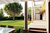 Architektur, Aussen, Außen, Baum, Bäume, Farbe, Garten, Gärten, Gebäude, Haus, Häuser, Horizontal, Kiefer, Modern, Niemand, Tageszeit, B29-315426, agefotostock