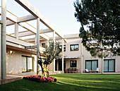 Architektur, Außen, Baum, Bäume, Farbe, Garten, Gärten, Gebäude, Haus, Häuser, Horizontal, Modern, Niemand, Tageszeit, B29-315428, agefotostock