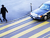 Adult, Adults, Anonymous, Auto, Automobile, Automobiles, Autos, Back view, Car, Cars, Color, Colour, Contemporary, Cross, Crossing, Crosswalk, Crosswalks, Daytime, Exterior, Full-body, Full-length, Horizontal, Human, Intrigue, Intrigues, Machination, Mac