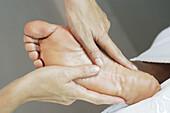 Aktivität, Barfuss, Barfuß, Behandlung, Detail, Details, Entspannung, Erwachsene, Erwachsener, Farbe, Frau, Frauen, Fuß, Füsse, Fußsohle, Fußsohlen, Gesundheit, Hand, Hände, Horizontal, Innen, Körperpflege, Massage, Massagen, Mensch, Menschen, Nahaufnahm