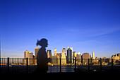 Jogger, Brooklyn promenade, Downtown skyline, Manhattan, New York, USA