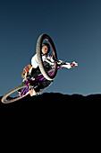 Junger Mann springt mit seinem Mountainbike, Oberammergau, Bayern, Deutschland