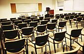 Auditorium, Aula, Bereit, Erziehung, Farbe, Horizontal, Hörsaal, Hörsäle, Innen, Klassenzimmer, Konferenzzimmer, Leer, Niemand, Ordnung, Schule, Schulen, Sitzungssaal, Stuhl, Stühle, Universität, C71-141123, agefotostock