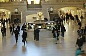 Aktivität, Bahnhof, Bahnhöfe, Bahnstation, Bewegung, Eisenbahn, Eisenbahnen, Farbe, Horizontal, Innen, Konzept, Konzepte, Mensch, Menschen, Reise, Reisen, Reisender, Tageszeit, Verkehrsmittel, C71-236828, agefotostock