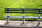 Aussen, Außen, Bank, Bänke, Detail, Details, Eins, Farbe, Horizontal, Konzept, Konzepte, Leer, Niemand, Park, Parks, Sitzbank, Sitzbänke, Tageszeit, C71-244873, agefotostock