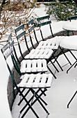 Aussen, Außen, Farbe, Kalt, Kälte, Konzept, Konzepte, Niemand, Park, Parks, Schnee, Stuhl, Stühle, Tisch, Tische, Vertikal, Weiß, Wetter, Winter, C71-268420, agefotostock