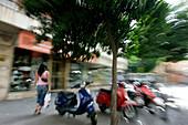 Städtisches Motiv mit Mopeds, Sevilla, Andalusien, Spanien, Europa