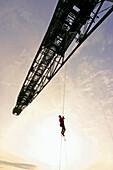 Person klettert an Abraumförderbrücke F 60, Besucherbergwerk, Lichterfeld, Brandenburg, Deutschland