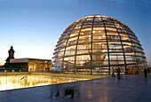 Berlin Reichstagsgebaeude Kuppel Dachterasse Daemmerung