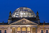 Berlin, Reichstag Kuppel von Norman Forster Daemmerung