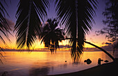 South pacific, Cook Islands, Aitutak Lagoon i, sunset, couple