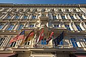 Wien Hotel Sacher Aussenaufnahme Flaggen