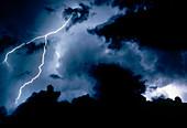 Aussen, Blitz, Blitze, Böse, Bosheit, Draussen, Elektrizität, Energie, Farbe, Gefahr, Himmel, Horizontal, Kraft, Landschaft, Landschaften, Licht, Meteorologie, Nacht, Natur, Naturerscheinung, Schmerz, Strom, Sturm, Stürme, Wetter, Wolke, Wolken, Wut, Cat