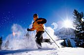 Aktivität, Außen, Bewegung, Eine Person, Eins, Erholen, Erholung, Erwachsene, Erwachsener, Farbe, Freizeit, Ganzkörper, Ganzkörperaufnahme, Horizontal, Laufen, Laufend, Laufende, Mensch, Menschen, Schi, Schifahren, Schnee, Schneebedeckt, schneebedeckt, S