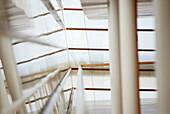 Architektur, Business, Detail, Details, Ecke, Ecken, Farbe, Gebäude, Geländer, Geschäft, Geschäfte, Handel, Horizontal, Innen, Konzept, Konzepte, Menschenleer, Niemand, Reflektion, Reflektionen, Säule, Säulen, Spiegelbild, Spiegelbilder, Spiegelung, Tage