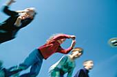 5-10 Jahre, Aktivität, Aufregung, Außen, Bewegung, Blau, Blauer Himmel, Erholen, Erholung, Farbe, Freizeit, Freund, Freunde, Freundschaft, Froschperspektive, Halbfigur, Himmel, Horizontal, Jugend, Junge, Jungen, Kind, Kinder, Kindheit, Mädchen, Männlich,