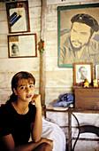 Woman at home with Ché Guevara s portrait. Cuba