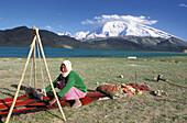 Weaving. Karakul (Karakoul) lake (3500m altitude) and Mustagh-Ata mountain (7546m). Sinkiang Province (Xinjiang). China