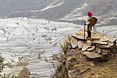 China, Yunnan, Yuanyang, terraced paddy-fields. Yi ethnic group woman.