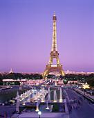 Abenddämmerung, Architektur, Aussen, Beleuchtet, Beleuchtung, Dämmerung, Draussen, Eiffelturm, Europa, Farbe, Frankreich, Gebäude, Großtadtlandschaft, Großtadtlandschaften, Länder, Lichter, Nacht, Paris, Plätze der Welt, Reisen, Sehenswürdigkeit, Sehensw