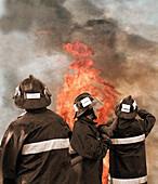 Arbeiten, Arbeitend, Arbeitende, Beruf, Berufe, Brand, Brände, Drei, Drei Personen, Erwachsene, Erwachsener, Farbe, Feuer, Feuerwehrmann, Feuerwehrmänner, Gefahr, Halbfigur, Hart, Helm, Helme, Hitze, Katastrophe, Katastrophen, Kopfbedeckung, Löschmannsch