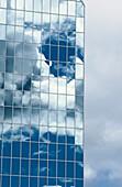 Architektur, Außen, Bezirk, Blau, Blauer Himmel, Büro, Bürogebäude, Büros, Business, Cbd, Distrikt, Farbe, Fenster, Finanzen, Gebäude, Geschäft, Geschäfte, Glas, Handel, Himmel, Muster, Reflektion, Reflektionen, Spiegelbild, Spiegelbilder, Spiegelung, St