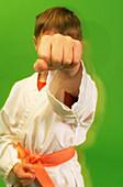 5-10 Jahre, Aggressiv, Aggressivität, Eine Person, Eins, Einzeln, einzig, Entschluss, Farbe, Faust, Fäuste, Feindlich, Feindschaft, Gestik, Halbfigur, Innen, Junge, Jungen, Kampf, Kämpfen, Kampfsport, Kampfsportarten, Karate, Kind, Kind (nur), Kinder, Ki