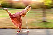 30-35 Jahre, 30-40 Jahre, Aktivität, Außen, Bewegung, Blond, Eine Person, Eins, Erholen, Erholung, Erwachsene, Erwachsener, Farbe, Frau, Frauen, Frauen (nur), Frauenkleid, Frauenkleider, Freizeit, Ganzkörper, Ganzkörperaufnahme, Gleichgewicht, Haltung, H