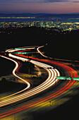 Amerika, Außen, Bewegung, Fahrzeug, Fahrzeuge, Farbe, Kalifornien, Kurve, Kurven, Landstraße, Landstraßen, Lichtstreifen, Luftaufnahme, Luftaufnahmen, Nacht, Nordamerika, San Francisco, Stadt, Städte, Straße, Straßen, Streifen, USA, Vereinigte Staaten, V