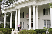 Visitors, Corinthian columns. Neoclassical Revival style mansion c.1906. Shorter Hall. Eufaula, Alabama. USA.