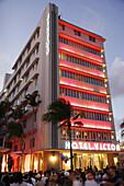 Crowd watches street performer, Hotel Victor, nightlife. Art Deco Weekend, Ocean Drive. Miami Beach. Florida. USA.