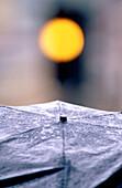 Ampel, Ampeln, Außen, Detail, Details, Farbe, Gelb, Gelbes Licht, Konzept, Konzepte, Nahaufnahme, Nahaufnahmen, Nass, Regen, Regenschirm, Regenschirme, Schirm, Schirme, Schutz, Städtisch, Tageszeit, Verkehrsampel, Verkehrsampeln, Vertikal, Wetter, G67-16