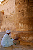 Restoration works at pillar with relief, ramsesseeum at western bank, Thebes, Egypt, Africa