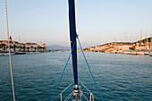 Segelboot beim Einlaufen in Trogir Hafen, Hafenstadt, Kroatien