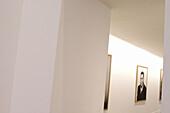 Aufnahme, Bild, Bilder, Detail, Details, Farbe, Foto, Fotografie, Fotographie, Fotographiem, Fotos, Gemälde, Hängen, Hängend, Hängende, Horizontal, Identität, Innen, Korridor, Korridore, Menschenleer, Niemand, Portrait, Portraits, Porträt, Porträts, Unbe
