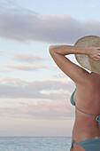 Außen, Badeanzug, Badeanzüge, Bikini, Bikinis, Eine Person, Eins, Einzeln, einzig, Entspannung, Erwachsene, Erwachsener, Farbe, Ferien, Ferienmacher, Frau, Frauen, Freizeit, Halbfigur, Himmel, Horizont, Horizonte, Hut, Hüte, Idyllisch, Kopfbedeckung, Mäd