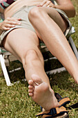 Adult, Adults, Anonymous, Barefeet, Barefoot, Calm, Calmness, Color, Colour, Contemporary, Daytime, Detail, Details, Exterior, Feet, Female, Foot, Grass, Human, Lawn, Leg, Legs, Leisure, Lounger, Loungers, One, One person, Outdoor, Outdoors, Outside, Pea
