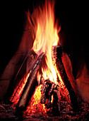Brennen, Brennholz, Energie, Farbe, Feuer, Flamme, Flammen, Haus, Heim, Hitze, Holz, Innen, Kamin, Kamine, Konzept, Konzepte, Kraft, Nahaufnahme, Nahaufnahmen, Symbolisch, Vertikal, J19-163589, agefotostock