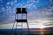 Außen, Farbe, Geräuschlosigkeit, Hintergrundbeleuchtung, Horizont, Horizontal, Horizonte, Küste, Meer, Niemand, Rettungschwimmer, Rücklicht, Ruhe, Ruhig, Silhouette, Silhouetten, Sonnenuntergang, Sonnenuntergänge, Still, Stille, Strand, Strände, Stuhl, S