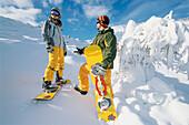 Zwei Snowboarder/Snakeboarder vor der Abfahrt, Snowborden, Sport, Serfaus, Tirol, Österreich