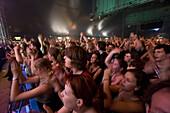 Tanzende Jugendliche in einer Konzerthalle, Deutschland, Europa