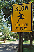 Außen, Children at play, Farbe, Gefahr, Gelb, Geschwindigkeit, Information, Kind, Kinder, Kindheit, Konzept, Konzepte, Nachbarschaft, Nahaufnahme, Nahaufnahmen, Schild, Schilder, Schnell, Schnelligkeit, Spielen, Spielend, Spielende, Stadt, Städte, Städti