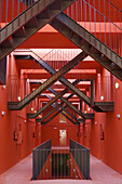 Pasillo que comunica distintas viviendas. Escaleras privadas comunican con terrazas superiores. Edificio Mirador. Diseñado por MVRDV, 2004. Madrid. España / Private stairs in Mirador Building (design: MVRDV, 2004). Madrid, Spain