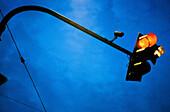 Ampel, Ampeln, Außen, Eins, Farbe, Halt, Horizontal, Konzept, Konzepte, Nahaufnahme, Nahaufnahmen, Schild, Schilder, Städtisch, Symbol, Symbole, Tageszeit, Verbot, Verbote, Verkehr, Verkehrsampel, Verkehrsampeln, Verkehrszeichen, Verpflichtung, Verpflich